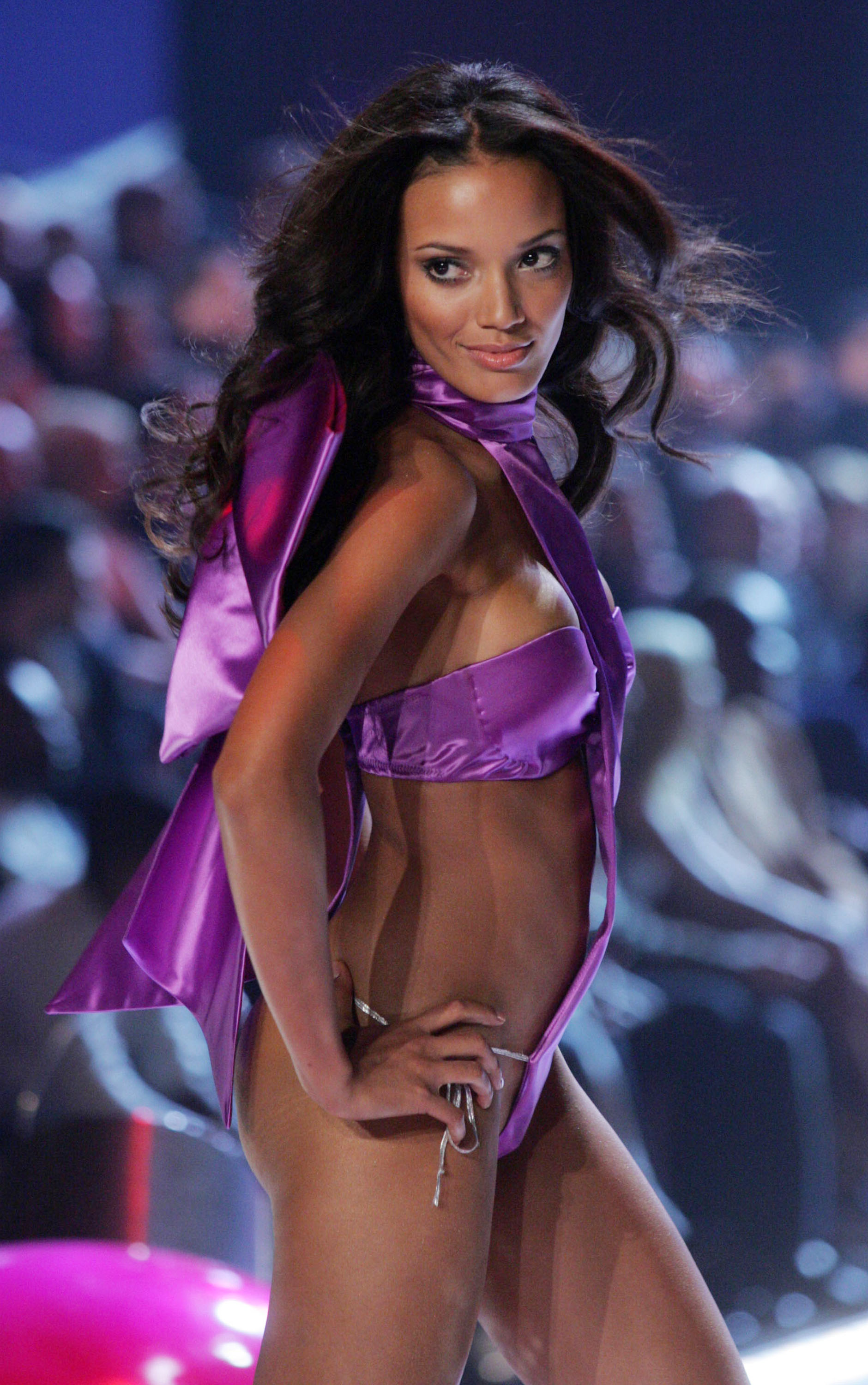 Selita_Ebanks_Victoria%27s_Secret_Fashion_Show_11-09-2005_05.jpg